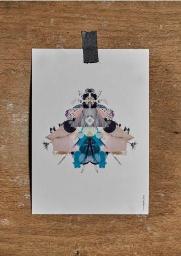Miljøvenligt kort trykt på smukt papir med struktur og stoflighed. Kortet er danskproduceret.Velegnet til både ophæng, eller som et smuk håndskrevet kort til en gave, eller en kær hilsen.