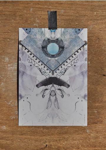 Miljøvenligt kort trykt på smukt papir med struktur og stoflighed. Kortet er danskproduceret.Velegnet til både ophæng, eller som et smuk håndskrevet kort til en gave, eller en kær hilsen.A5 størrelse (148x210 mm)