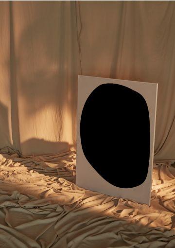 Motivet fra Anetmai er designet af Anne Mark Møller, dansk design siden 2004. Motivet skaber ro i blikket. Tid til eftertænksomhed og tanker til dem, der står nærmest din kerne.